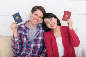 パスポートを持った男女