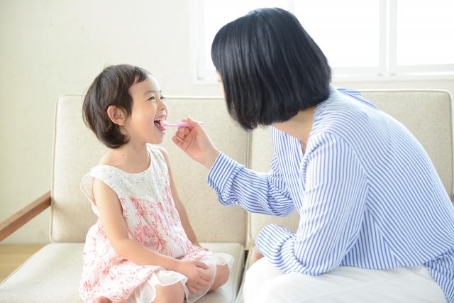 歯を磨く親子