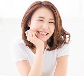 頬杖をついている笑顔の女性