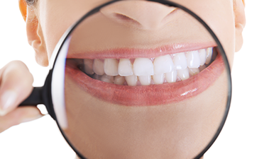 虫眼鏡で拡大されている口と歯