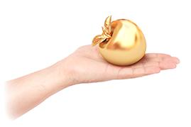 掌に乗っている金色のリンゴ