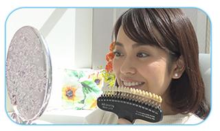 歯の色の変化を確認する女性